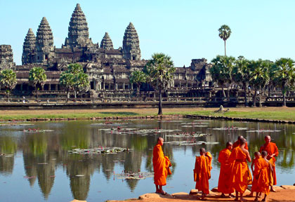 moine bouddhiste devant Angkor © Asian Trails